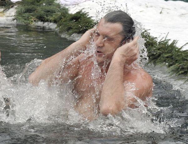 Президент Украины Виктор Ющенко искупался в крещенской воде