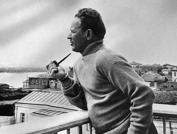 Русский советский писатель Михаил Шолохов на балконе своего дома