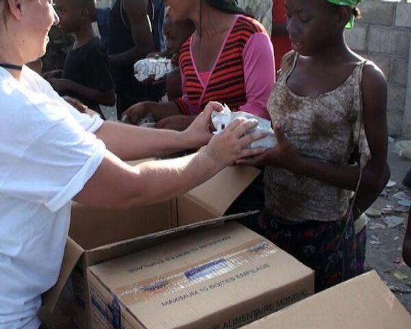 Гаитяне принимают гуманитарную помощь