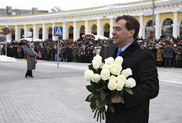 Президент РФ Дмитрий Медведев возложил цветы к памятнику А.П. Чехова в Таганроге