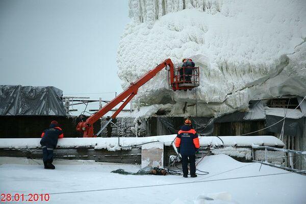 Снежно-ледовое образование на Саяно-Шушенской ГЭС
