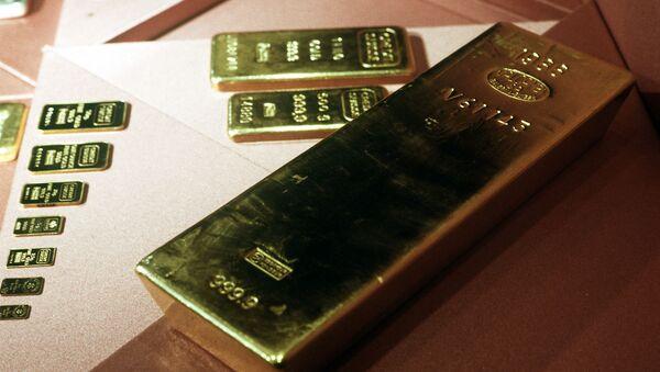Золотые слитки 999,9 пробы из фондов Гохрана. Архивное фото