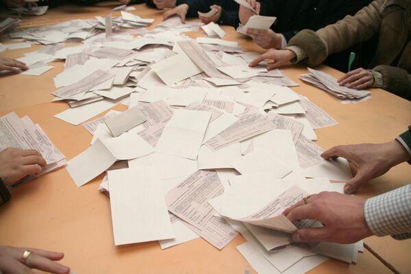 Подсчет голосов на одном из избирательных участков города Львова
