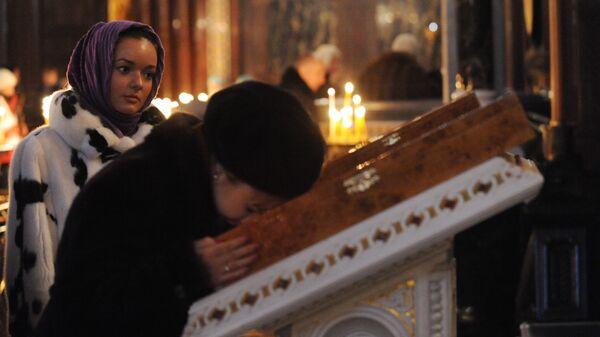 Обряд целования иконы в церкви