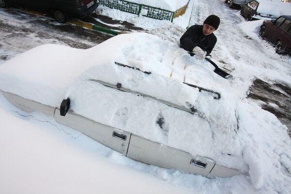 Засыпанный снегом автомобиль в Москве. Архив