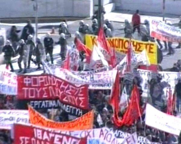Полиция газом разгоняет тысячи протестующих в Греции
