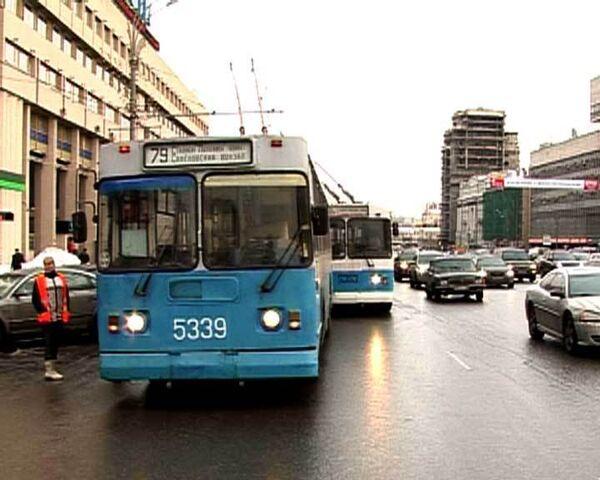 Троллейбусы застряли на Садовом кольце из-за припаркованных машин
