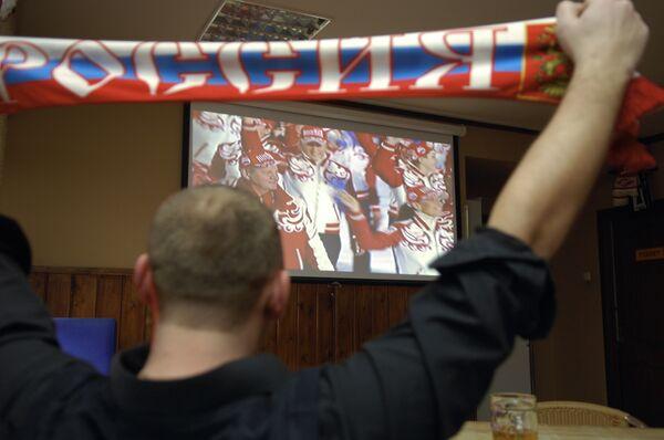 Болельщик сборной России наблюдает за трансляцией открытия Олимпиады-2010