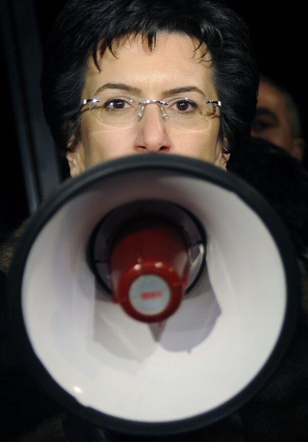 Лидер грузинской оппозиции Нино Бурджанадзе на митинге перед зданием телекомпании Имеди