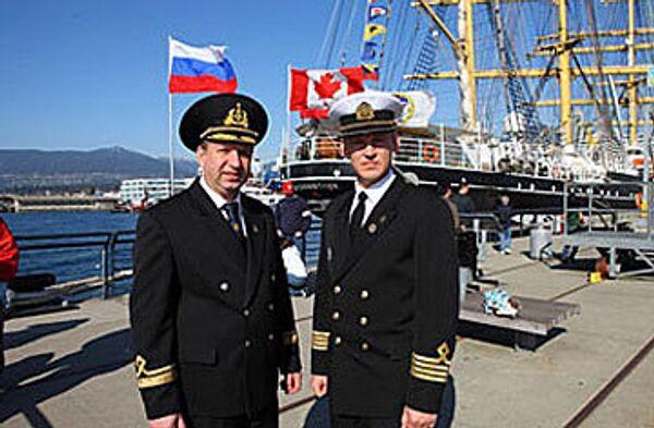 Слева - В.Волкогон, справа - капитан барка М.Новиков