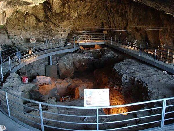 В пещере Теопетра в греческой области Фессалия