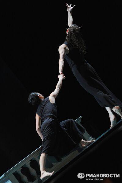 Сцена из спектакля Марка Морриса Дидона и Эней