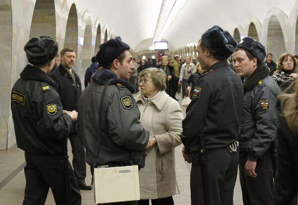 Милиция на станции метро Кузнецкий мост. Архив