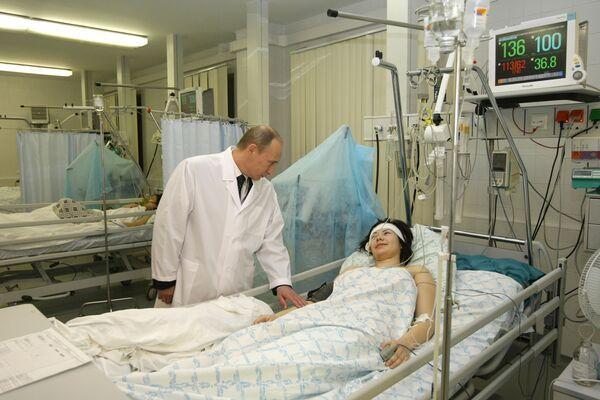 Премьер-министр РФ Владимир Путин посетил в больнице пострадавших от терактов в московском метро