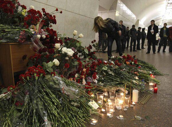Возложение цветов на станции метро Лубянка
