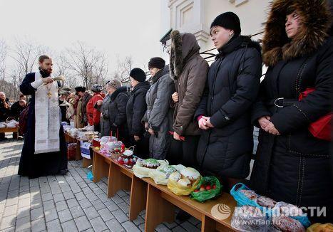 Освящение пасхальных куличей у Покровского кафедрального собора