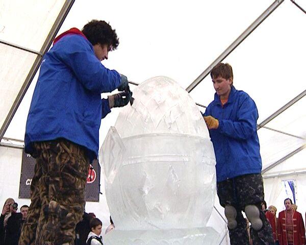 Пасхальное яйцо изо льда весом 800 кг смастерили московские скульпторы