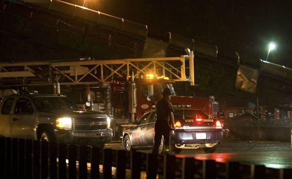 Скорая помощь едет помощь, на при взрыве на шахте в штате Западная Виргиния