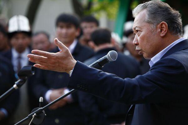 Отстраненный от власти президент Киргизии Курманбек Бакиев выступил на митинге в своем родовом селе Тейит