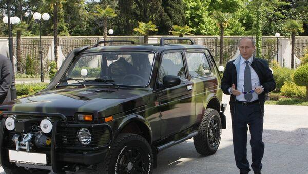 Премьер-министр РФ Владимир Путин в Сочи показал журналистам свой внедорожник Нива
