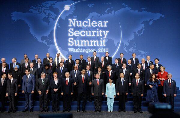Совместное фотографирование глав государств и правительств - участников саммита в Вашингтоне по вопросам ядерной безопасности