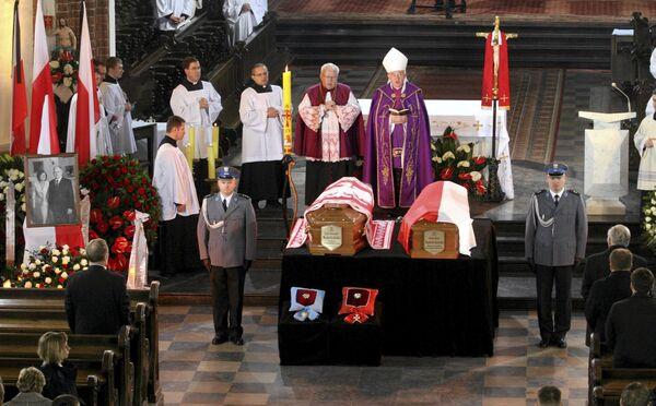 Гробы с телами президента Польши и его супруги