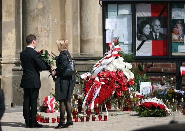 Дмитрий Медведев возложил цветы у костела, где идет поминальная месса