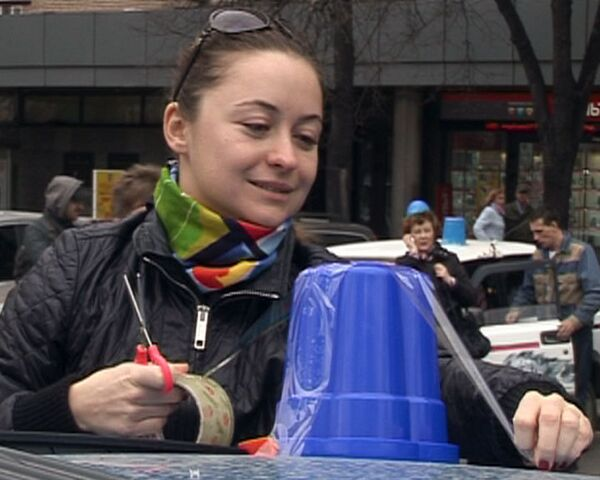 Москвичи борются с мигалками с помощью синих ведер и чувства юмора