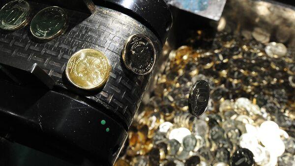 Чеканка новой 10-рублевой монеты на Московском монетном дворе, архивное фото