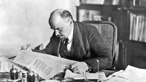 В.И.Ленин в рабочем кабинете в Кремле читает газету Правда. 1918 год.