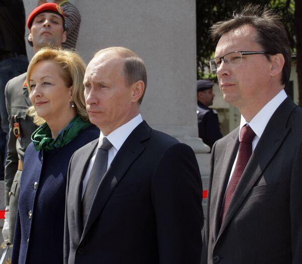 Возложение венка к памятнику воинам Советской Армии, погибшим при освобождении Австрии от фашизма.