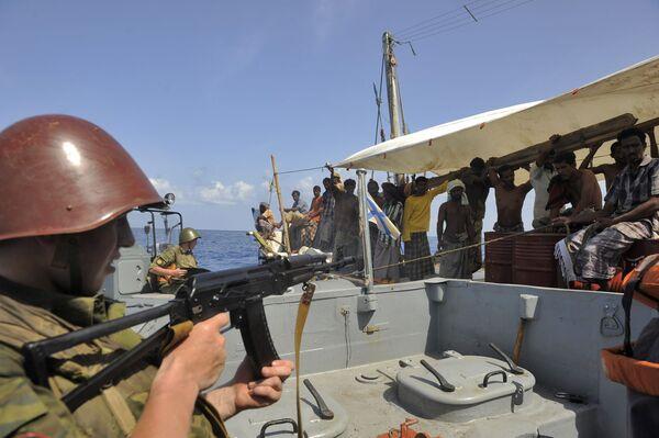 Российские военные досматривают судно, подозреваемое в пиратской деятельности. Архив