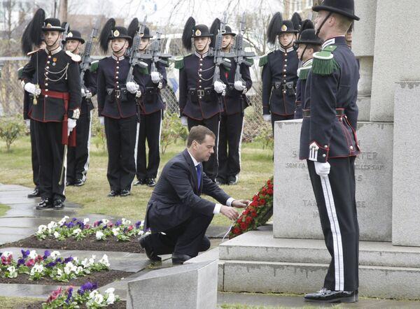 Президент РФ Д.Медведев возложил венок к памятнику советским воинам. Архив