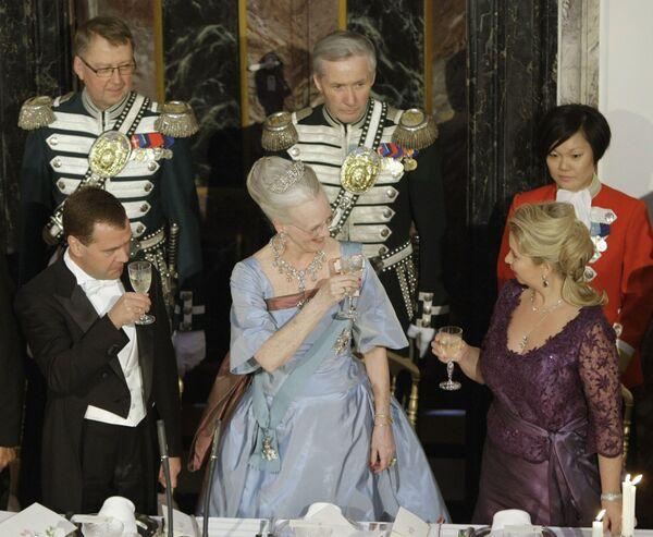 Президент России Дмитрий Медведев (слева на первом плане) с супругой Светланой (справа на первом плане) и королева Дании Маргрете II (в центре) на официальном приеме во дворце Фреденсборг. Архив