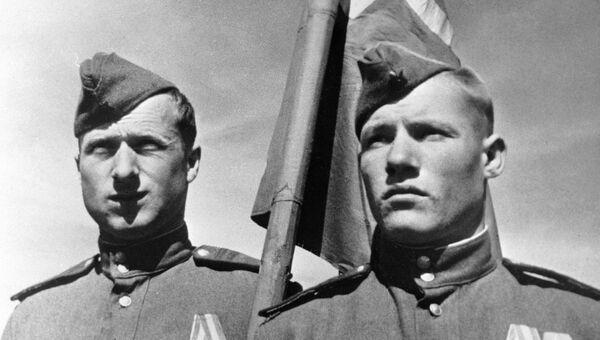 Михаил Егоров и Мелитон Кантария, водрузившие Знамя победы над Рейхстагом