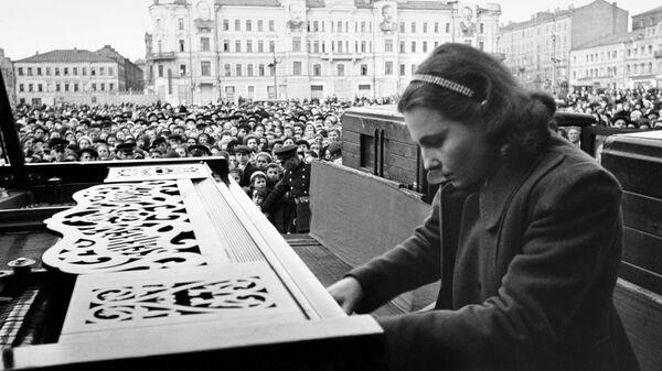 Пианистка Московской консерватории Нина Петровна Емельянова во время выступления на площади Маяковского в Москве. 9 мая 1945 года