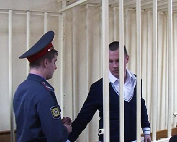 Офицер, выбросивший двух девочек из окна, не признает свою вину