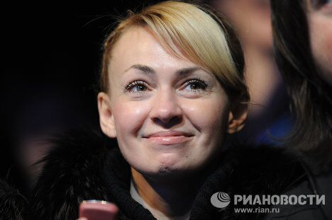Супруга фигуриста Евгения Плющенко Яна Рудковская болеет за мужа на ЧЕ по фигурному катанию