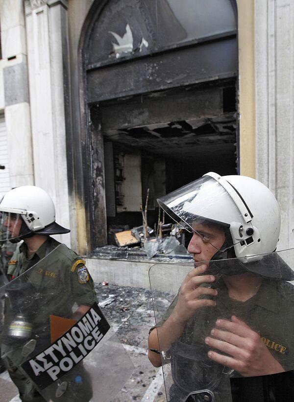 Здание в центре Афин было подожжено в ходе демонстраций
