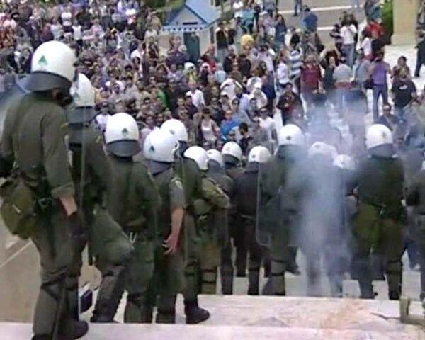 Греческая полиция разгоняет демонстрантов слезоточивым газом