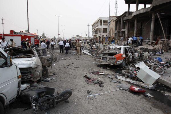 Службы безопасности и спасатели на месте взрыва в Басре 10 мая 2010 г