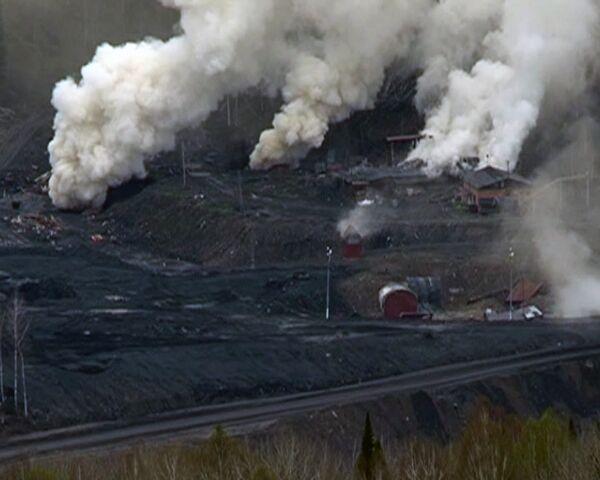 Над шахтой Распадская стоят клубы белого дыма