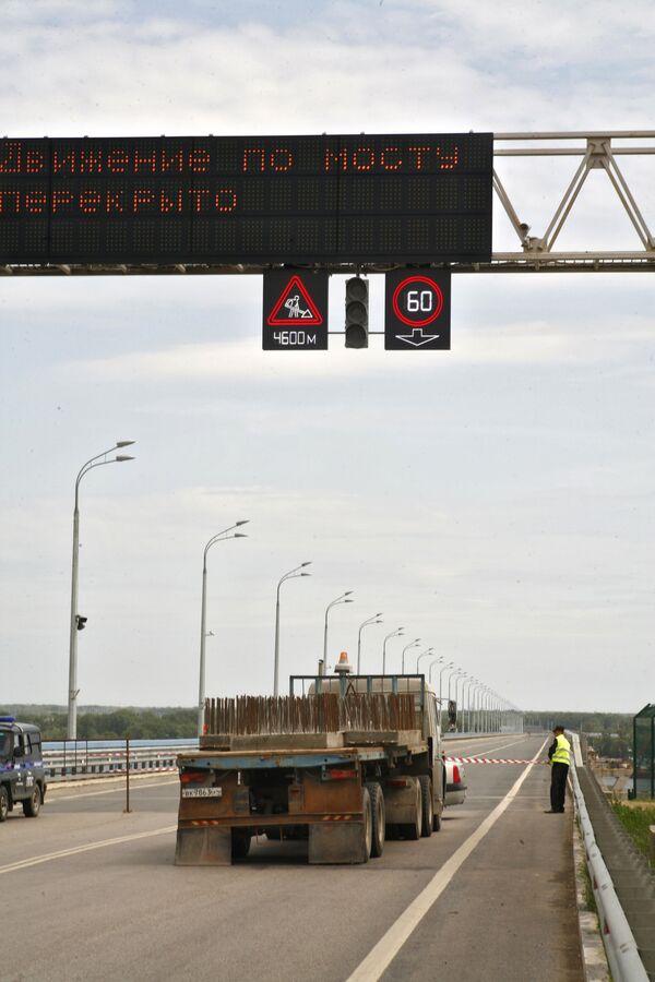 Движение по новому двухкилометровому мосту через Волгу перекрыто из-за его колебания