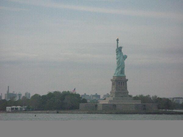 Статуя Свободы на берегу Гудзона