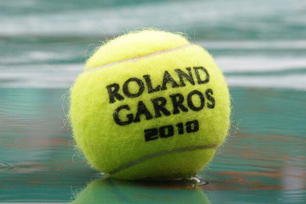 Мяч с надписью Rolland Garros 2010