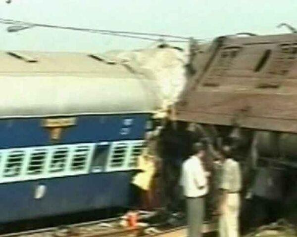 Поезд в Индии сошел с рельсов из-за взрыва бомбы. Видео с места ЧП