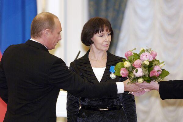 Президент РФ Владимир Путин во время награждения народной артистки России Евгении Симоновой орденом Почета