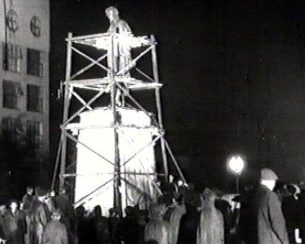 Памятник Пушкину перевозили с Тверского бульвара по рельсам. Архив