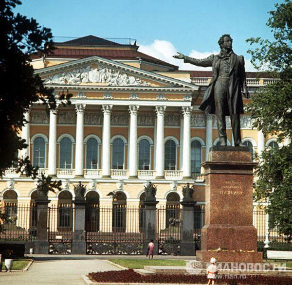 Памятник А.С.Пушкину перед Русским музеем в Санкт-Петербурге