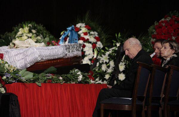 Худрук Ленкома Марк Захаров на церемонии прощания с Андреем Вознесенским